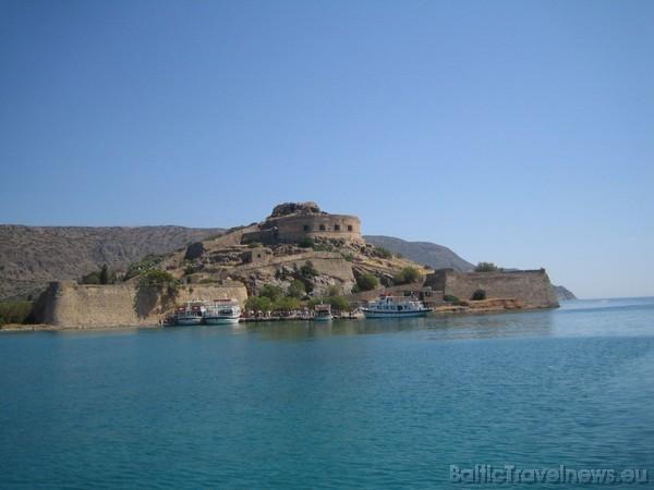 Spinalongas saliņa atrodas Krētā, Eloundas līcī. Oficiālais nosaukums salai - Kalidon