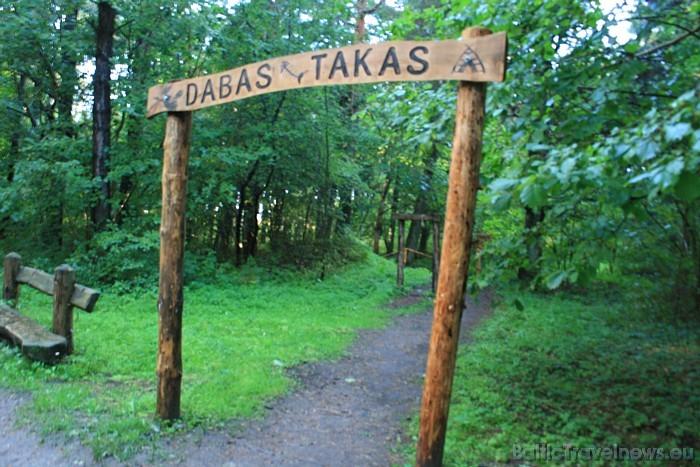 Turpat blakus iekārtotas dabas takas, kur interesenti var pastaigāties meža klusumā