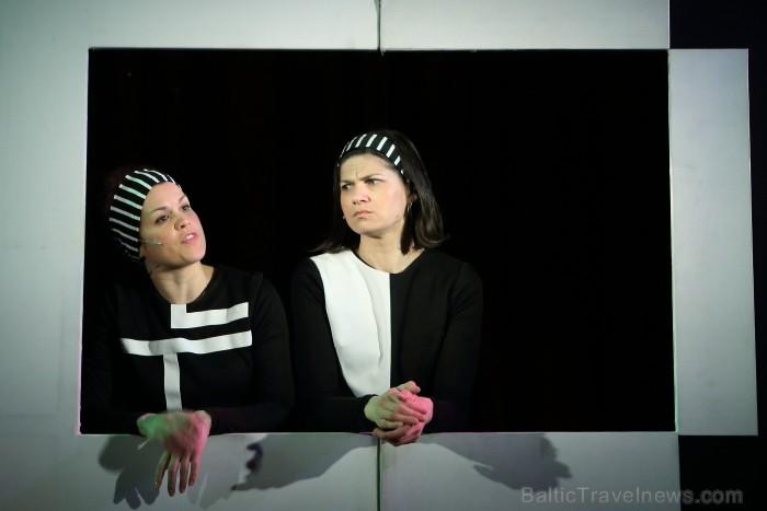 Skolēnu brīvlaikā uz Tallink kuģa dejotprasmi rādīja Dzintariņš un Dzītariņš, bet leļļu teātris priecēja ar izrādi Joka pēc alfabēts. Foto: Juris Ķilk