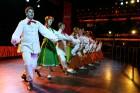 Skolēnu brīvlaikā uz Tallink kuģa dejotprasmi rādīja Dzintariņš un Dzītariņš, bet leļļu teātris priecēja ar izrādi Joka pēc alfabēts. Foto: Juris Ķilk 17