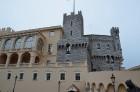 Prinča pils atrodas uz stāvas klints kores un lejā zem šīs pils laukuma ierīkota Monako osta. Vasarā pilī Monako filharmonijas orķestra pavadījumā not 28