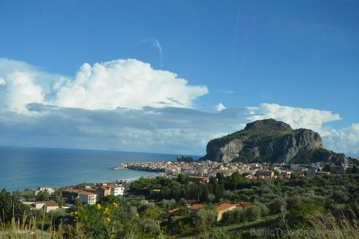Populārā, vēsturiskā pilsēta Čefalu atrodas apmēram 70 kilometru attālumā uz austrumiem no Sicīlijas galvaspilsētas Palermo. Pilsētas rota un tās sim