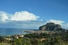 Populārā, vēsturiskā pilsēta Čefalu atrodas apmēram 70 kilometru attālumā uz austrumiem no Sicīlijas galvaspilsētas Palermo. Pilsētas rota un tās sim 22
