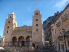 Populārākā un ievērojamākā pilsētas celtne ir Normāņu Katedrāle ar diviem torņiem. Ievērojams katedrāles iekšējais rotājums - mozaīkas, starp kurām iz 27