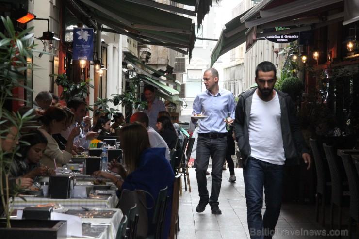 Istiklal gājēju ielas sānu atzarojumu ieliņās paslēpušies daudz mazu restorānu, tavernu un vienkārši tirgus stendi.