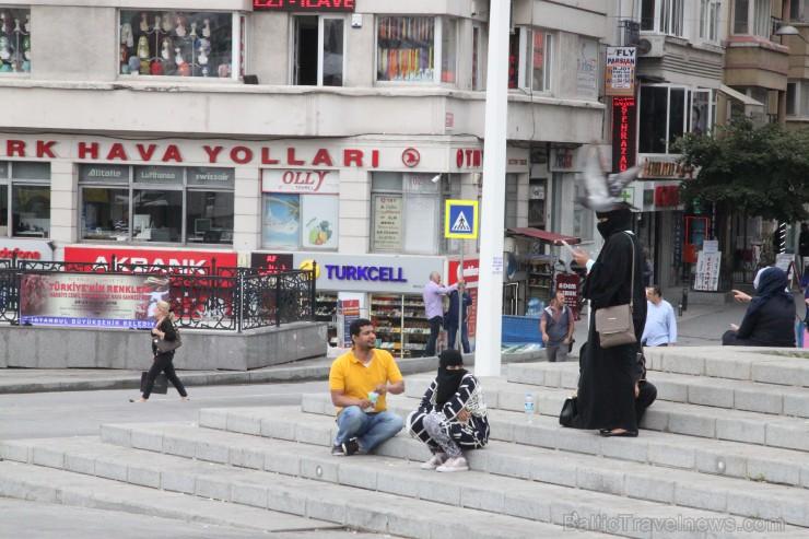 Lai arī reliģija nespēlē galveno lonu turku sabiedrībā, dažkārt uz ielām var manīt sievietes tērptas melmā