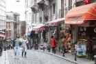 bet Austrumu daļā dzīvo aptuveni 9 miljoni iedzīvotāju. Pilsētas, ko 667. gadā p.m.ē. dibināja senie grieķi, bija Bizantija. 3