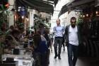 Istiklal gājēju ielas sānu atzarojumu ieliņās paslēpušies daudz mazu restorānu, tavernu un vienkārši tirgus stendi. 5