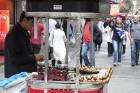 Ja nevēlies laiku pavadīt nesteidzīgā maltītē, lūkojoties uz garāmgājējiem vai sarunās pie tējas tases, gad tepat uz ielas var par aptuveni 60 centiem 9