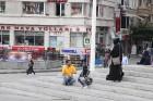 Lai arī reliģija nespēlē galveno lonu turku sabiedrībā, dažkārt uz ielām var manīt sievietes tērptas melmā 15