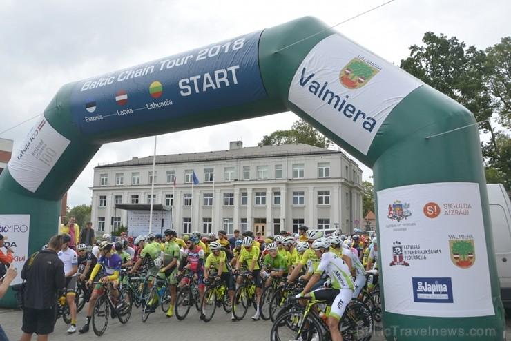 """Valmierā  startēja """"Baltic Chain tour"""" velobrauciens."""