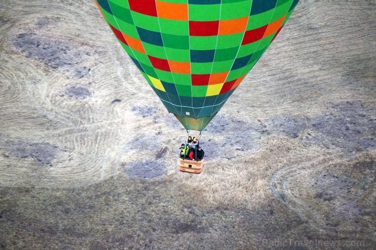 Gaisa balonu piloti Salaspils pusē krāšņi svin cilvēka pirmo sekmīgo lidojumu