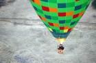 Gaisa balonu piloti Salaspils pusē krāšņi svin cilvēka pirmo sekmīgo lidojumu 1