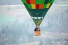 Gaisa balonu piloti Salaspils pusē krāšņi svin cilvēka pirmo sekmīgo lidojumu 12