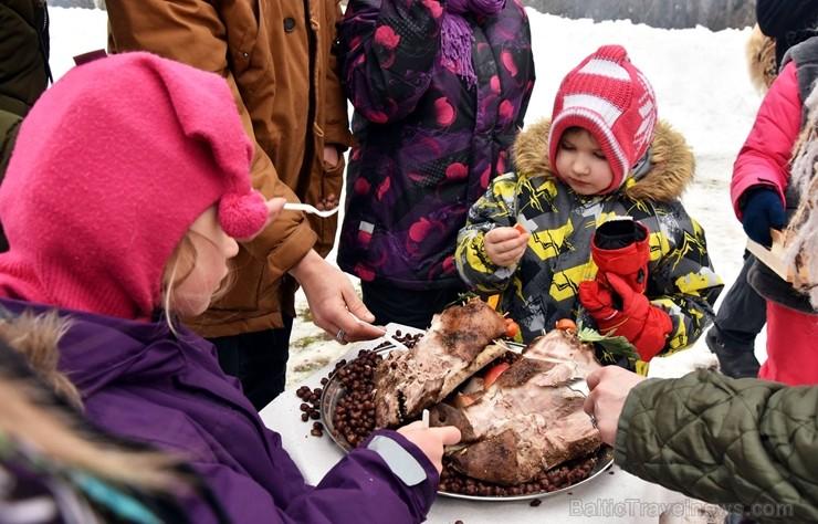 Kopā ar folkloristiem un latvisko tradīciju zinātājiem Alūksnē svinēja Meteņdienu, ejot rotaļās, lieloties, ēdot cūkas šņukuru, vizinoties no kalna un 245971