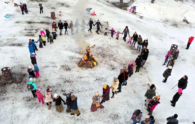 Kopā ar folkloristiem un latvisko tradīciju zinātājiem Alūksnē svinēja Meteņdienu, ejot rotaļās, lieloties, ēdot cūkas šņukuru, vizinoties no kalna un 245976