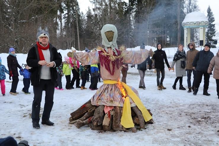 Kopā ar folkloristiem un latvisko tradīciju zinātājiem Alūksnē svinēja Meteņdienu, ejot rotaļās, lieloties, ēdot cūkas šņukuru, vizinoties no kalna un 245989