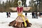 Kopā ar folkloristiem un latvisko tradīciju zinātājiem Alūksnē svinēja Meteņdienu, ejot rotaļās, lieloties, ēdot cūkas šņukuru, vizinoties no kalna un 1