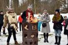 Kopā ar folkloristiem un latvisko tradīciju zinātājiem Alūksnē svinēja Meteņdienu, ejot rotaļās, lieloties, ēdot cūkas šņukuru, vizinoties no kalna un 6