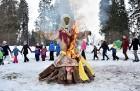 Kopā ar folkloristiem un latvisko tradīciju zinātājiem Alūksnē svinēja Meteņdienu, ejot rotaļās, lieloties, ēdot cūkas šņukuru, vizinoties no kalna un 2