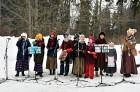 Kopā ar folkloristiem un latvisko tradīciju zinātājiem Alūksnē svinēja Meteņdienu, ejot rotaļās, lieloties, ēdot cūkas šņukuru, vizinoties no kalna un 9