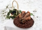 Kopā ar folkloristiem un latvisko tradīciju zinātājiem Alūksnē svinēja Meteņdienu, ejot rotaļās, lieloties, ēdot cūkas šņukuru, vizinoties no kalna un 7