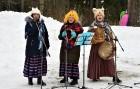 Kopā ar folkloristiem un latvisko tradīciju zinātājiem Alūksnē svinēja Meteņdienu, ejot rotaļās, lieloties, ēdot cūkas šņukuru, vizinoties no kalna un 10