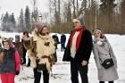 Kopā ar folkloristiem un latvisko tradīciju zinātājiem Alūksnē svinēja Meteņdienu, ejot rotaļās, lieloties, ēdot cūkas šņukuru, vizinoties no kalna un 11