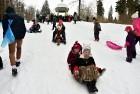 Kopā ar folkloristiem un latvisko tradīciju zinātājiem Alūksnē svinēja Meteņdienu, ejot rotaļās, lieloties, ēdot cūkas šņukuru, vizinoties no kalna un 12