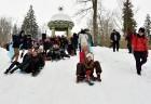 Kopā ar folkloristiem un latvisko tradīciju zinātājiem Alūksnē svinēja Meteņdienu, ejot rotaļās, lieloties, ēdot cūkas šņukuru, vizinoties no kalna un 13