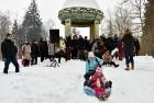 Kopā ar folkloristiem un latvisko tradīciju zinātājiem Alūksnē svinēja Meteņdienu, ejot rotaļās, lieloties, ēdot cūkas šņukuru, vizinoties no kalna un 15