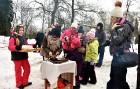 Kopā ar folkloristiem un latvisko tradīciju zinātājiem Alūksnē svinēja Meteņdienu, ejot rotaļās, lieloties, ēdot cūkas šņukuru, vizinoties no kalna un 18