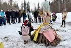 Kopā ar folkloristiem un latvisko tradīciju zinātājiem Alūksnē svinēja Meteņdienu, ejot rotaļās, lieloties, ēdot cūkas šņukuru, vizinoties no kalna un 19