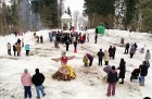 Kopā ar folkloristiem un latvisko tradīciju zinātājiem Alūksnē svinēja Meteņdienu, ejot rotaļās, lieloties, ēdot cūkas šņukuru, vizinoties no kalna un 20