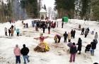 Kopā ar folkloristiem un latvisko tradīciju zinātājiem Alūksnē svinēja Meteņdienu, ejot rotaļās, lieloties, ēdot cūkas šņukuru, vizinoties no kalna un 21