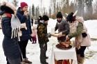 Kopā ar folkloristiem un latvisko tradīciju zinātājiem Alūksnē svinēja Meteņdienu, ejot rotaļās, lieloties, ēdot cūkas šņukuru, vizinoties no kalna un 23