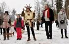 Kopā ar folkloristiem un latvisko tradīciju zinātājiem Alūksnē svinēja Meteņdienu, ejot rotaļās, lieloties, ēdot cūkas šņukuru, vizinoties no kalna un 25