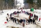 Kopā ar folkloristiem un latvisko tradīciju zinātājiem Alūksnē svinēja Meteņdienu, ejot rotaļās, lieloties, ēdot cūkas šņukuru, vizinoties no kalna un 26