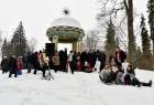Kopā ar folkloristiem un latvisko tradīciju zinātājiem Alūksnē svinēja Meteņdienu, ejot rotaļās, lieloties, ēdot cūkas šņukuru, vizinoties no kalna un 28