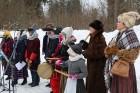 Kopā ar folkloristiem un latvisko tradīciju zinātājiem Alūksnē svinēja Meteņdienu, ejot rotaļās, lieloties, ēdot cūkas šņukuru, vizinoties no kalna un 30