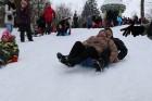 Kopā ar folkloristiem un latvisko tradīciju zinātājiem Alūksnē svinēja Meteņdienu, ejot rotaļās, lieloties, ēdot cūkas šņukuru, vizinoties no kalna un 32