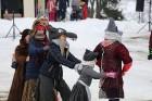 Kopā ar folkloristiem un latvisko tradīciju zinātājiem Alūksnē svinēja Meteņdienu, ejot rotaļās, lieloties, ēdot cūkas šņukuru, vizinoties no kalna un 34