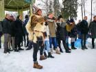 Kopā ar folkloristiem un latvisko tradīciju zinātājiem Alūksnē svinēja Meteņdienu, ejot rotaļās, lieloties, ēdot cūkas šņukuru, vizinoties no kalna un 37