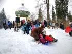 Kopā ar folkloristiem un latvisko tradīciju zinātājiem Alūksnē svinēja Meteņdienu, ejot rotaļās, lieloties, ēdot cūkas šņukuru, vizinoties no kalna un 38