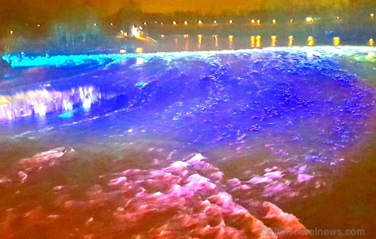Travelnews.lv apmeklē Kuldīgas restorānu nedēļu un ievērtē Ventas rumbas izgaismošanu