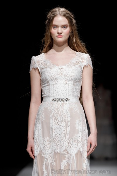 Rīgas Modes nedēļas ietvaros Latvijas dizaineru krāšņie tērpi atklāj jaunakās tendences un divas no gaidītākajām ir jutekliskā «Amoralle» un romantisk 250070