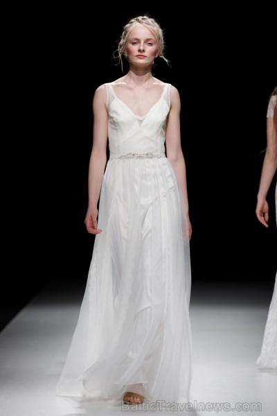 Rīgas Modes nedēļas ietvaros Latvijas dizaineru krāšņie tērpi atklāj jaunakās tendences un divas no gaidītākajām ir jutekliskā «Amoralle» un romantisk 250072