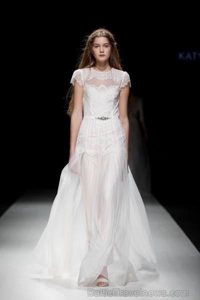 Rīgas Modes nedēļas ietvaros Latvijas dizaineru krāšņie tērpi atklāj jaunakās tendences un divas no gaidītākajām ir jutekliskā «Amoralle» un romantisk 250074
