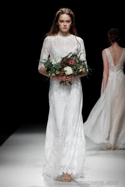 Rīgas Modes nedēļas ietvaros Latvijas dizaineru krāšņie tērpi atklāj jaunakās tendences un divas no gaidītākajām ir jutekliskā «Amoralle» un romantisk 250075