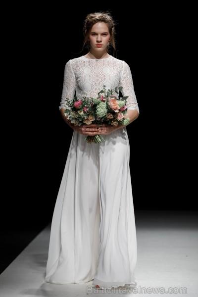 Rīgas Modes nedēļas ietvaros Latvijas dizaineru krāšņie tērpi atklāj jaunakās tendences un divas no gaidītākajām ir jutekliskā «Amoralle» un romantisk 250076